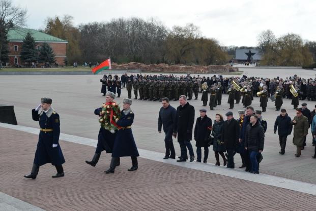 Возложение цветов в Брестской крепости-герое в День защитников Отечества